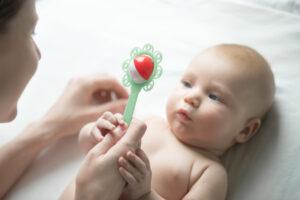 Bebé estimulado con sonajero